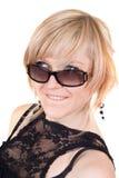 Die Blondine in den Sonnenbrillen mit einem crafty Anblick. stockfotografie
