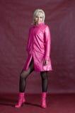 Die Blondine in der rosafarbenen Kleidung Stockfotografie