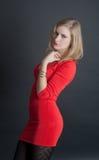 Die Blondine in einem roten Kleid Lizenzfreies Stockfoto