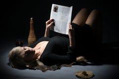 Die Blondine mit Zeitschrift der Damen. lizenzfreie stockfotos