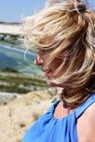 Die Blondine schaut weg Lizenzfreie Stockfotos