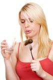Die Blondine trinkt Wodka Lizenzfreie Stockbilder