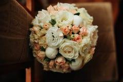 Die Blumen auf dem Stuhl stockbild