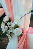 Die Blumen auf dem Vorhang stockfotografie