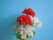 Die Blumen mit den Blättern hergestellt durch Plastik als Modell lizenzfreie stockfotografie