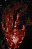 Die blutige Hand auf dem nassen Glas, das blutige Fenster, ein Impressum von blutigen Händen, Zombie, Dämon, Mörder, Horror Lizenzfreie Stockfotografie
