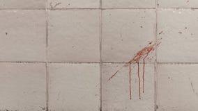 Die Blutspuren auf der Fliesenwand stockfotos
