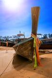 Die Boote auf dem Meer mit blauem Himmel und Sonne an Krabi-Provinz, T Stockfotos