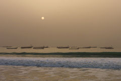 Die Boote der Fischer im Nouakchott, Mauretanien (bei Sonnenuntergang) stockfotografie
