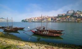 Die Boote des Weins auf Duero-Fluss Stockfotos