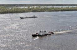Die Boote, die auf den Fluss schwimmen Lizenzfreies Stockbild