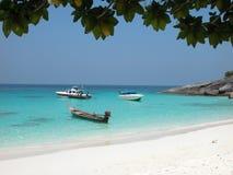 Die Boote, die auf Similan Insel verankert werden, setzen, Thailand auf den Strand Lizenzfreies Stockbild