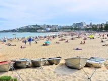 Die Boote, die bei Coogee angekettet werden, setzen, Sydney, Australien auf den Strand lizenzfreie stockfotografie