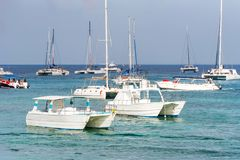 Die Boote nahe dem Ufer in Bayahibe, La Altagracia, Dominikanische Republik Kopieren Sie Raum für Text Lizenzfreie Stockbilder