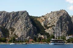 Die Boote in Omis, Kroatien Stockbild