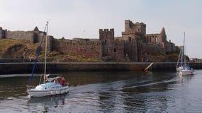 Die Boote, die Schale führen, ziehen sich auf St- Patrick` s Insel auf Isle of Man zurück stockfotografie
