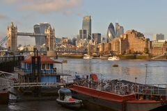 Die Boots-Themse-Turm-Brücken-London-Skyline Stockbilder