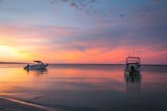2 die boten in de oceaan in Dunsborough Westelijk Australië bij Zonsondergang worden verankerd Stock Afbeeldingen