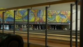Die Bowlingkugel steckt fest stock video