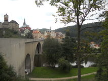 Die Brücke über dem Fluss stockbild