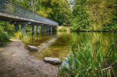 Die Brücke über dem Fluss Lizenzfreies Stockbild