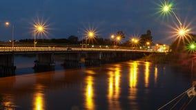 Die Brücke über dem Fluss an der Dämmerung Lizenzfreie Stockbilder
