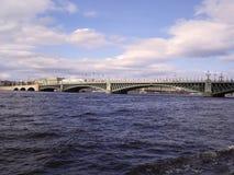 Die Brücke über dem Fluss Neva stockfotos