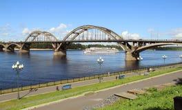 Die Brücke über dem Fluss Volga Lizenzfreie Stockbilder