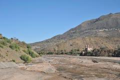 Die Brücke über dem Gebirgsfluss im Altiplano Lizenzfreie Stockbilder