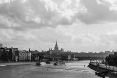 Die Brücke über dem Moskau-Fluss lizenzfreies stockfoto