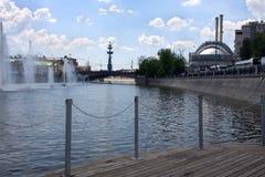 Die Brücke über dem Moskau-Fluss Brunnen auf dem Moskau-Fluss nahe Bolotnaya-Damm lizenzfreie stockbilder