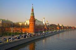 Die Brücke über dem Moskau-Fluss Der Kreml-Damm stockfotografie