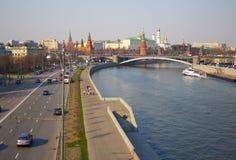 Die Brücke über dem Moskau-Fluss Prechistenskaya-Damm Lizenzfreie Stockbilder
