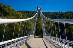 Die Brücke über dem Nebenfluss. Lizenzfreies Stockbild