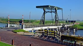 Die Brücke über dem Reitdiep bei Garnwerd stockfoto