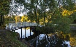 Die Brücke über dem Wasser stockfoto