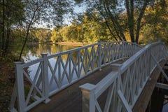 Die Brücke über dem Wasser stockfotografie