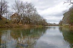 Die Brücke auf dem Fluss Psekups lizenzfreies stockfoto