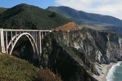 Die Brücke auf der Küstendatenbahn Lizenzfreies Stockfoto