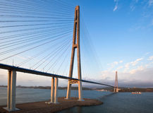 Die Brücke auf der russischen Insel bei Sonnenuntergang Lizenzfreie Stockbilder