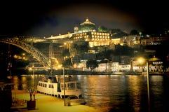 Die Brücke auf Rand von Oporto Ribeira am Abend, Portugal Lizenzfreies Stockfoto