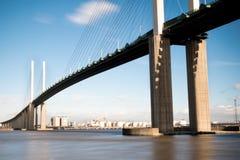 Die Brücke der Königin Elizabeth II über der Themse in Dartford lizenzfreie stockfotos