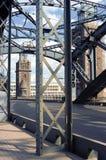 Die Brücke durch den Fluss Stockbild