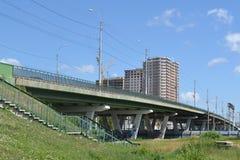 Die Brücke durch die Eisenbahn auf Melnikayte St., Tyumen Stockfotografie