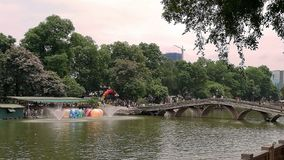 Die Brücke im Park an den Feiertagen lizenzfreies stockbild