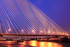 Die Brücke Rama VIII über dem Chao Praya River nachts Stockfotos