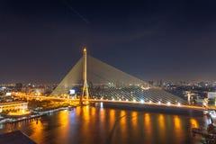 Die Brücke Rama VIII ist eine Schrägseilbrücke, die das Chao kreuzt Lizenzfreies Stockfoto