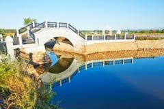 Die Brücke und das umgekehrte Bild im See Stockfotografie