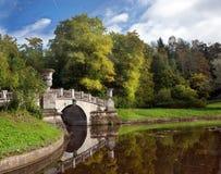 Die Brücke und der Teich im Herbst in Pavlovsk parken Lizenzfreies Stockbild