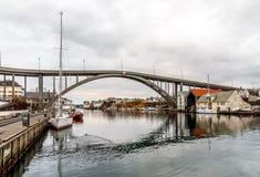 Die Brücke zu Risoya, Segelboote im Kanal in der Stadt von Haugesund, Norwegen stockfotos